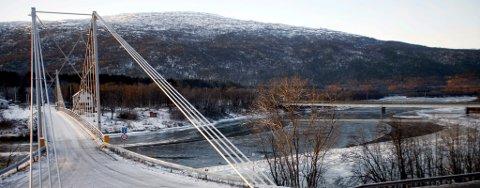 Slik ser det ut i Olsborg i Troms, der det er to bruer ved siden av hverandre. Gamle Målselv bru (t.v.) står fortsatt. Den nye brua i bakgrunnen til høyre, er del av E6.