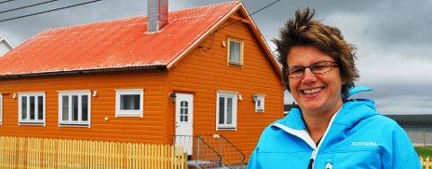 Ingjerd Tjelle foran et av feriehusene på Ekkerøy. Ekkerøy feriehus har eksistert siden 2001.