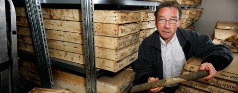 Direktør ved UNIS, Gunnar Sand, med noen av grunnprøvene som er hentet opp fra jorden under Longyearbyen. Bildet er tatt i 2008.