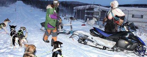 KONFLIKT: Hundekjører Harald Tunheim og reineier Per Johannes Eira ved Suolovoupmi fjellstue torsdag. Øyvind Ravna tar for seg hva loven sier og journalistens rolle i en slik situasjon.