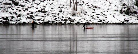 Søkemannskaper på isen søndag.