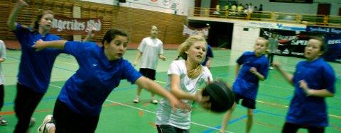HARD KAMP: Det var tøff kamp om ballen da Veien og Kirkeskolen møttes i skolecupen.