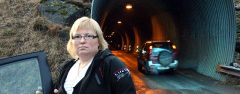 INGEN?VEI?UTENOM:?Den nye hermetikkfabrikken fører til mer trafikk til Fjordgård, og nestleder i det lokale brannvesenet, Tonje Sørensen, frykter ulykker i tunnelen. Foto:?Torgeir Bråthen