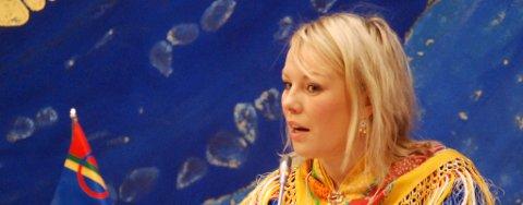 Laila Susanne Vars (Árja) på talerstolen i Sametinget.