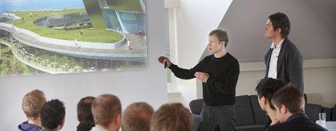 """Ørjan Berg brukte mye tid på å fortelle medlemmene i BNFs karriereforum om planene for """"Artic Edge"""" på Rønvikfjellet i Bodø. Her sammen med møteleder Tom Steffensen."""