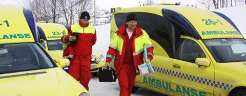 REDNING: Tre ambulanser deltar i redningsaksjonen. Mannskapet parkerte ved Bekkebotn, og kjørte videre med skuter i cirka 10 minutter fram til ulykkesstedet.