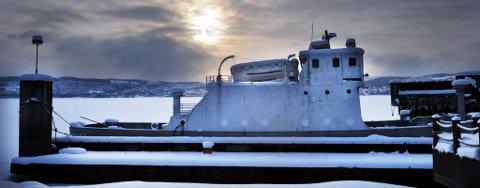 TIL GJØVIK:: Mjøsferga ligger på Mengshol, men kan bli å finne i Gjøvik som restaurantbåt dersom alle formaliteter går i orden.