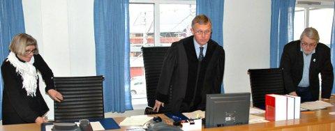 TATT PÅ RUMPA? En tidligere gatekjøkkeninnehaver er tiltalt for å ha befølt ei jente på rumpa. Dommere i saken var Bjørg Hjertum (t.v.), Rolf Ytrehus og Nils Petter Enstad.