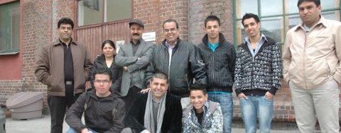 DUGNADSGJENGEN: Ali Nakhla (bak til venstre), Kobra Salimi, Ahmed Salimi, Said Salama, Dia Salama, Sohaib Salam, Bilan Nakhla, Sakher Hasan (foran til venstre), Parviz Salimi og Baker Salama stiller alle på søndagens dugnad.