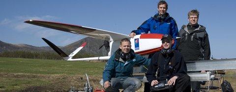 Flyet er designet til å måle mengden vulkansk aske i luften. Bak fra venstre: Preben Hanssen, Andøya Rakettskytefelt og Rune Storvold, Norut. Foran fra venstre: Kent Gøran Jensen, Andøya Rakettskytefelt og Kjell Sture Johansen, Norut.