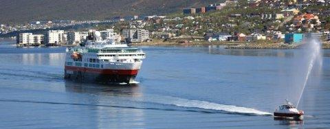 I TROMSØ: MS «Fram» på vei inn mot Tromsø, for første gang siden det ble laget i 2007. «Fram» er oppkalt etter Fridtjof Nansens Colin Archer-skute «Fram»,  og er 114 meter lang, 20 meter bred og har 136 lugarer.