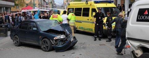 STORGATA: Bilen kom i stor fart gjennom gågata og stoppet i en pengetransportbil.