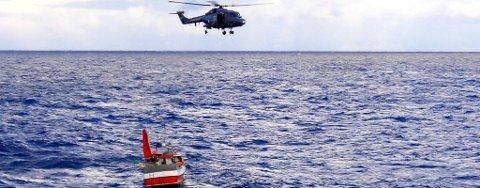 """NYTT SØK: To helikopter, tre kystvaktskip og ti sivile båter deltok i søket etter savnede Reidar Thue da båten """"Fjordgårdbuen"""" forliste mandag denne uka. Ved midnatt natt til lørdag gjenopptas søket."""