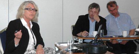Lisbeth Vølner fra Fylkesmannen ga råd til ordfører Kjell B. Hansen (Ap) og varaordfører Runar Johansen (H) om å være tøffere i prioriteringene.