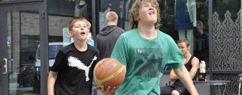 Jesper Dalen (11) og Kuba Dobkonski (11) var strålende fornøyde med å få spille basketball på en lørdag.