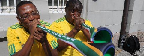 Nesodding og utflyttet sørafrikaner Simon Chilemba (til høyre), sier Fotball-VM har hatt en positiv innvirkning på næringslivet - selv om irritasjonen over vuvuzelaene har vært stor. Her sammen med kameraten Zwai Mbula.