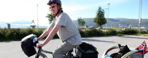 Hege Pedersen sykler Norge på langs sammen med hunden Buddy.