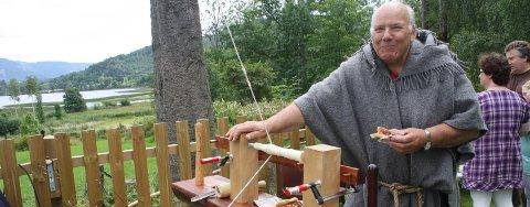 Ole H Flesaker viser fram en modell av dreiebenk som drives med fotkraft og var i bruk i Norge i riktig gamle dager. Denne modellen har han laget selv.