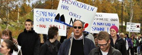 PROTEST: Elever, ansatte og ledelse ved Pasvik Folkehøgskole gikk sammen i protesten mot planlagt gruvedrift i Svanvik.
