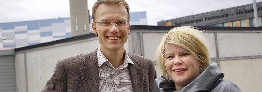 PÅ VEI: Statssekretær Erik Lahnstein (Sp) i Utenriksdepartementet og ordfører Linda Randal i Sør-Varanger kommune vil bedre kontakten mellom Norge og Russland med bedre vei.