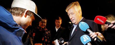 Finansminister Sigbjørn Johnsen ble møtt av demonstranter fra Rød Ungdom (RU) ved statsrådboligen i Oslo tidlig tirsdag morgen før fremleggelsen av statsbudsjettet. Demonstrantene overrakte et lærbelte med budskap om at forsvarsbudsjettet burde strammes inn til fordel for felles velferd.