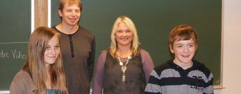 Glade vinnarar: f.v: vinnar Marta Vågen Tjelmeland, Ole Anders Nøst frå Polarinstituttet, lærar Anne-Grethe Berge og vinnar Jostein Vågen (Foto: Eirik Berge).