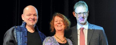 HYGGELIG: Marion Arntzen og Harald Sundby i hyggelig passiar sammen med YS-leder Tore Eugen Kvalheim.