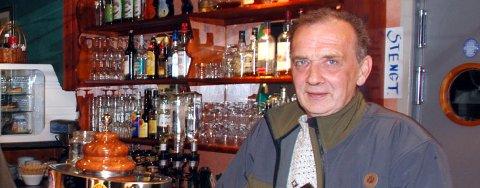 Pubeier Tor Oskar Andreassen tør ikke holde puben på Sørvær åpen.