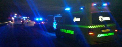 ULYKKE: Ambulanse og politi i arbeid på ulykkesstedet.