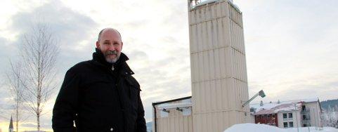 Driftsleder Morten Raaden i Nord-Odal kommune satser på miljøvennlig varme. Leveranser fra Odal biovarme bidrar til at to av tre bygg er miljøvennlige.