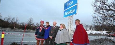 Ordfører Odd-Tore Fygle avduket i dag det nye Bodø-skiltet med både norsk og samisk tekst.