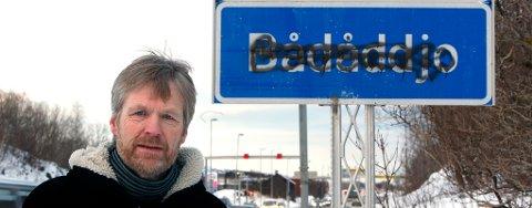 Bernt Aanonsen er ikke overrasket over at noen har griset til det nye Bådåddjo-skiltet i Bodø.