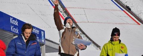 GULLGUTT: Mats Berggaard (15) fra Stranden kunne juble for gull i sitt første junior-NM etter seier i normalbakken på Lillehammer. Her sammen med Joachim Hauer fra Bækkelaget (sølv) og Sigmund Hagehaugen fra Gausdal (bronse).