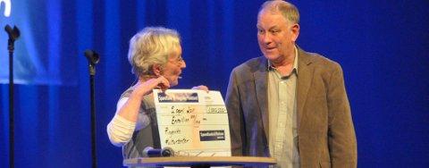 Anne Lise Rian overrekker en overveldet Erik Haraldseth en million kroner til lyd- og lysanlegg i Ringerike kultursenter.