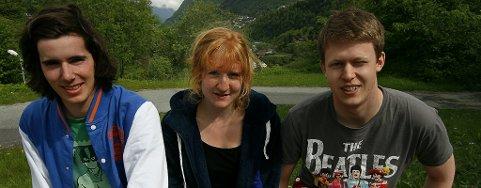 VINNARTRIO. Tarjei Solberg Kvalvik, frå venstre, Randi Rønhovde Opheim og Øystein Hølland vart 2 500 kroner rikare. Foto: Johs H. Sekse