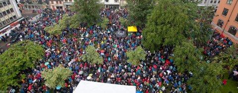 TRENGSEL FORAN DOMKIRKA: Oversiktsbilde som viser folkemassen samlet foran Domkirka.