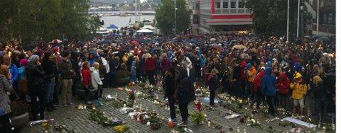 SAMLET: Flere tusen var samlet for å delta på fakkeltoget til minne om ofrene etter fredagens tragdier på Utøya og i Oslo.