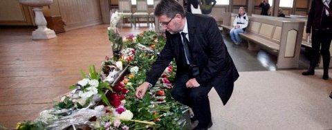 LA NED BLOMSTER: Ordfører Arild Hausberg legger ned blomster i Domkirka.
