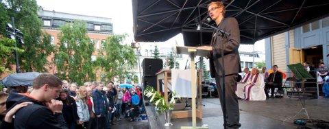 HOLDT TALE: Brage Sollund holdt tale foran en tydelig rørt forsamling.