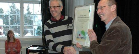 Rektor Einar Westheim tar imot diplom fra Henning Johansen, Fairtrade Norge. Internasjonal sekretær i folkehøyskolerådet, Brita Phuthi, i bakgrunnen.