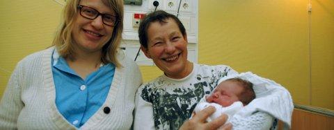 Datter Frøydis Tangen og mor og jordmor Ingrid Tangen holder nyttårsbarnet, ei jente som foreløpig ikke har fått navn.