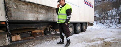 Statens Vegvesen vil ha flere kontroller av utenlandske vogntog. Her fra en kontroll av en russisk trailer.