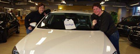 Daglig leder Merete Bakken (til venstre) og selger Siw Enodd Rønning hos Møller Bil på Tynset.