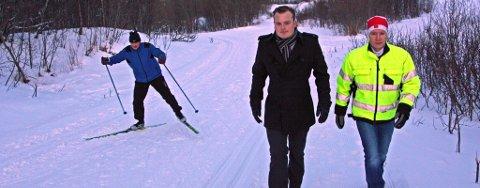 Byråd Jonas Stein Eilertsen (V) og prosjektleder for Tromsømarka, Henrik Romsaas, går her på den nye gangveien.