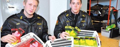 Litt av hvert: Politistudentene Anders Mathiassen og Pål Christian Grünner med prevensjonsmidler og annet tyvegodset som ble funnet i den svenskregistrerte bilen.