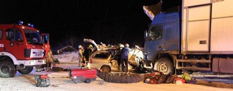 TRE DØDE: Tre personer omkom i en alvorlig trafikkulykke fredag, da et vogntog kolliderte med en personbil. De tre var arbeidskolleger og satt i personbilen. En fjerde person fra samme bil ble fraktet til UNN med lettere skader, men er nå skrevet ut.