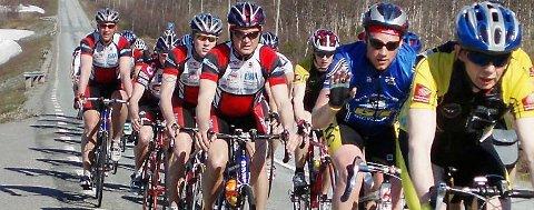 TEMPO:   Team Helgeland på tur innover i Sverige. De testet ut det tempoet som må holdes hvis de skal klare målet på 16 timer Trondheim-Oslo (540km).