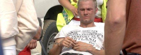 TIL SYKEHUS: Ben Roger Olsen fraktes bort med ambulanse etter å ha fått styret i magen under ATV-løpet i Herringen. Det gikk bra med både Olsen og de andre som var involvert i uhell i Herringen.(Foto: Pål Leknes Hanssen)
