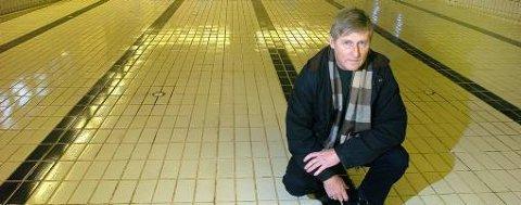 Svømmebassenget i Stridsklevhallen i Porsgrunn står fortsatt uten vann. - Dette har vært et absurd teater i snart sju år, sier Haavard Gjestland i den lokale velforeningen. Han øyner nå gjenåpning til høsten.