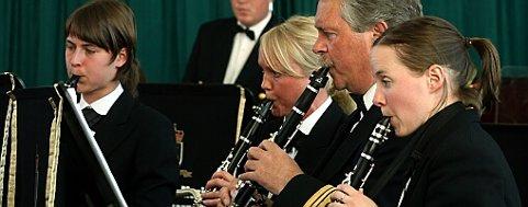 KONGELEG OPNING. Kgl. Norske Marines Musikkorps, her ved Marianne Novakova, Hallvard Klepp, Hilde Menzoni og Solveig Norby under opningskonserten. Foto: Johs H. Sekse